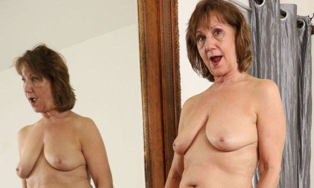 Knappe mature vrouw met grote hangtieten, naakt voor de spiegel