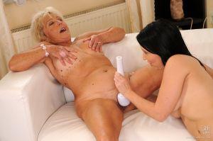 Blonde oma krijgt een geil orgasme
