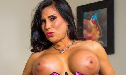 Mature Latina milf met grote tieten, Sheila Marie, doet een striptease