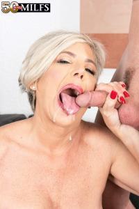 Hij komt op haar gezicht en in haar mond klaar