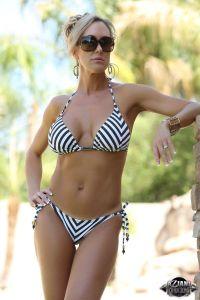 Brandi Love, sexy bikini en zonnebril