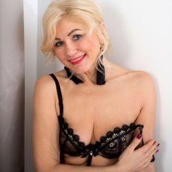 Sylvie, knappe rijpe vrouw van 55 jaar gaat naakt