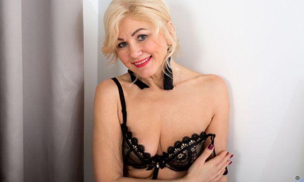 Sylvie, knappe rijpe vrouw van 55 jaar in sexy lingerie en naakt