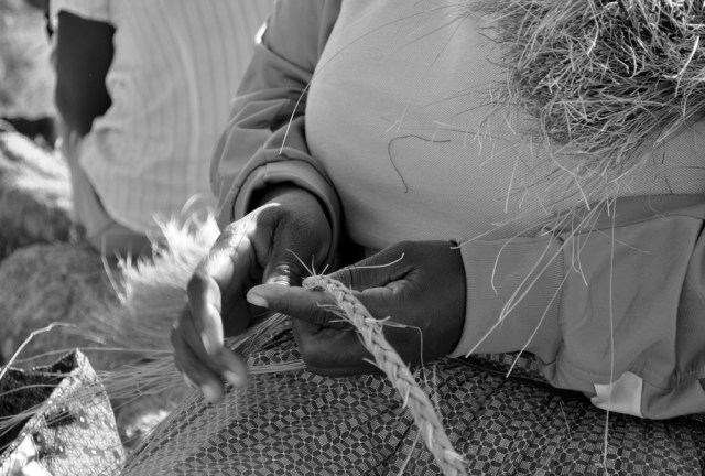 Plaiting-the-lutindzi-grass