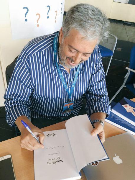 """Fernando Tellado no paró de firmar copias de su reciente libro """"1001 trucos de WordPress"""""""