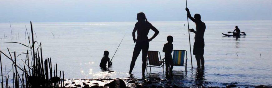 familia rio pescando