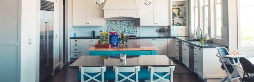 cocina con sillas de color celeste