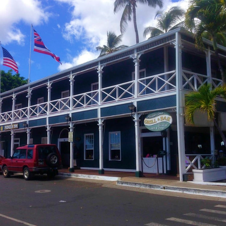 happy hour at pioneer inn lahaina - maui happy hours