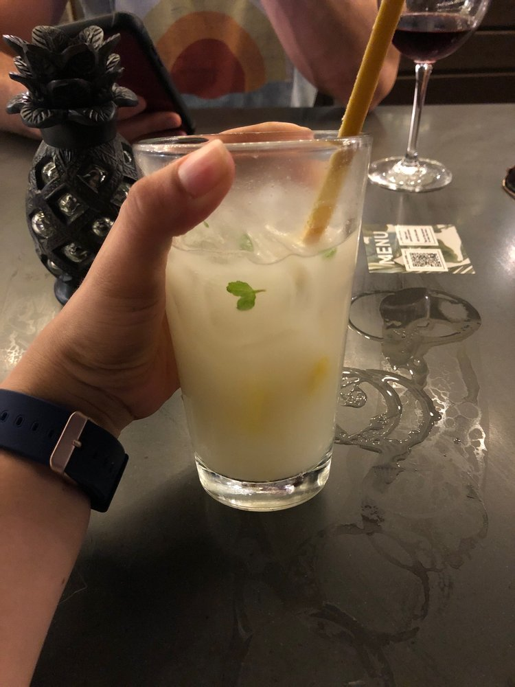 Happy hour cocktail at tommy bahama lahaina