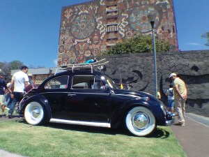Volkswagen Sedan 1969 durante la exposición de autos antiguos 2017 en la UNAM, fondo Biblioteca Central