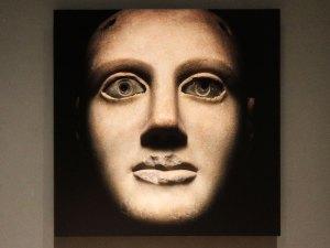 """Camilla (III d. C.) Busto marmóreo. Museo Gregoriano Profano. Fotografía de Massimo Listri, papel fotográfico sobre lámina de aluminio, año 2017, exposición """"No me quites tu risa""""."""