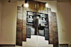 Chac de mármol, cerámica y metal. París, Francia, 1933 de Casa Edgar Brandt. Fotografía de Lake Verea, impresión lightJet, año 2019, colección Lake Verea, exposición «Uno a uno/Bellas Artes. Lake Verea».