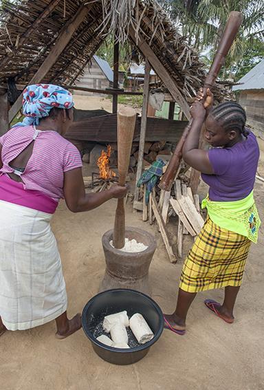 In Goejaba stampfen Maroonen-Frauen Maniok zu Mehl