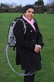 معجزة.. مسلمة بريطانية تحمل قلبها على ظهرها: «الحقيبة أو الموت»