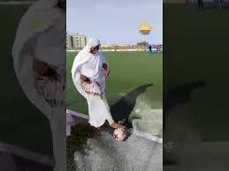 """فيـــديــو : فتاة """"موريتانية"""" بالملحفة تقوم بحركات احترافية للكرة"""