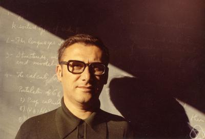 O matemático brasileiro Newton da Costa, em foto de 1973, em Berkeley, nos Estados Unidos. Imagem: George M. Bergman/Berkeley