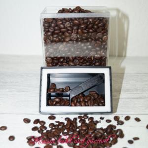 Kleine, gefüllt mit Kaffee