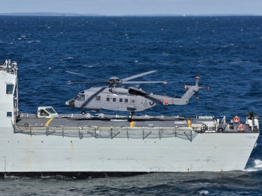 Cyclone prepares to land on HMCS Montreal (Photo: Cpl Anthony Laviolette, Shearwater, N.S)