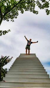 Eric sur les escaliers du Heart Shape Mountain Seaview à Koh Samui.