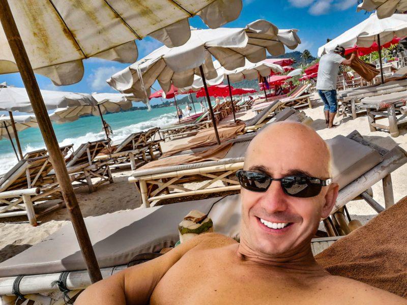 Bernie dans un transat sur la plage du No Stress a Lamai