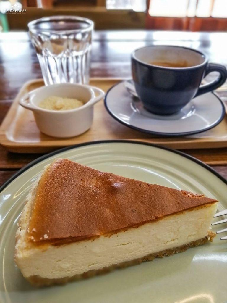 Cheese Cake et café chaud au Café KOB
