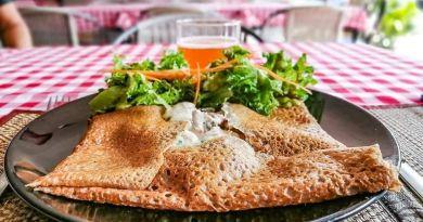 Galette de sarrasin, saucisse maison, Bleu d'auvergne et cidre normand brut. Restaurant la Cantine a Lamai (Koh Samui)