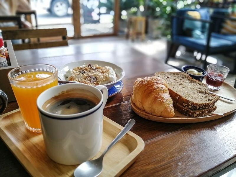 Petit déjeuner avec croissant, café chaud, tartine et muesli au café K.O.B