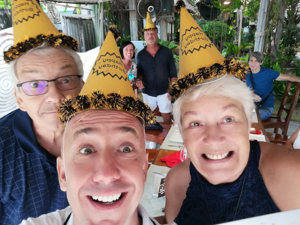 Amis heureux durent un anniversaire et ayant mangé un gâteau d'anniversaire de la boulangerie Pape à Lamai (Koh Samui).