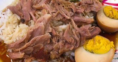 Khao Kha Mu - Porc fondant avec riz, œuf et laitue mariné