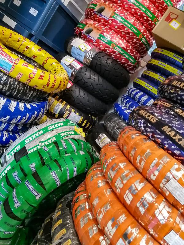 Photo du stock de pneus neufs pour les scooters et les motos a Koh Samui, chez Samui Decouverte (Eddy).