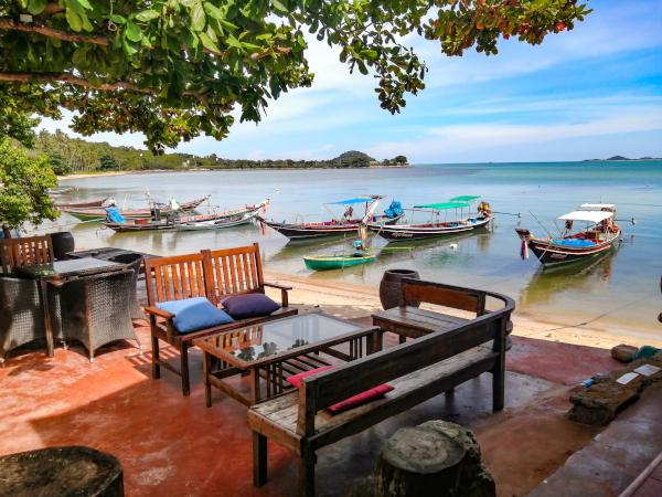 Terrasse en bord de mer du New French Kiss dans le sud de l'ile de Koh Samui.
