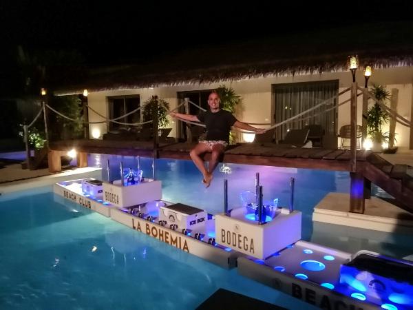 Bernie Samui et le plus grand bar flottant de Thaïlande  chez le fabricant N'Joy Pool Bar a Koh Samui.