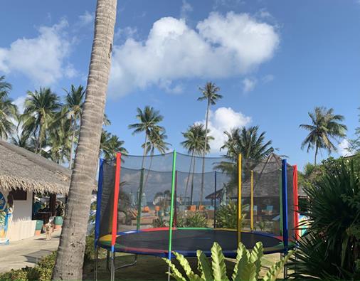 Grand trampoline pour les enfants et adultes de près de 5 mètres de diamètre au Shiva Beach Cub à Koh Samui.