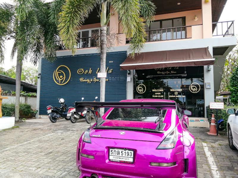 Parking gratuit et vitrine du salon de beauté, massage, coiffeur et manucure a Samui, chez Oh La la Beauty & SPA Palace.