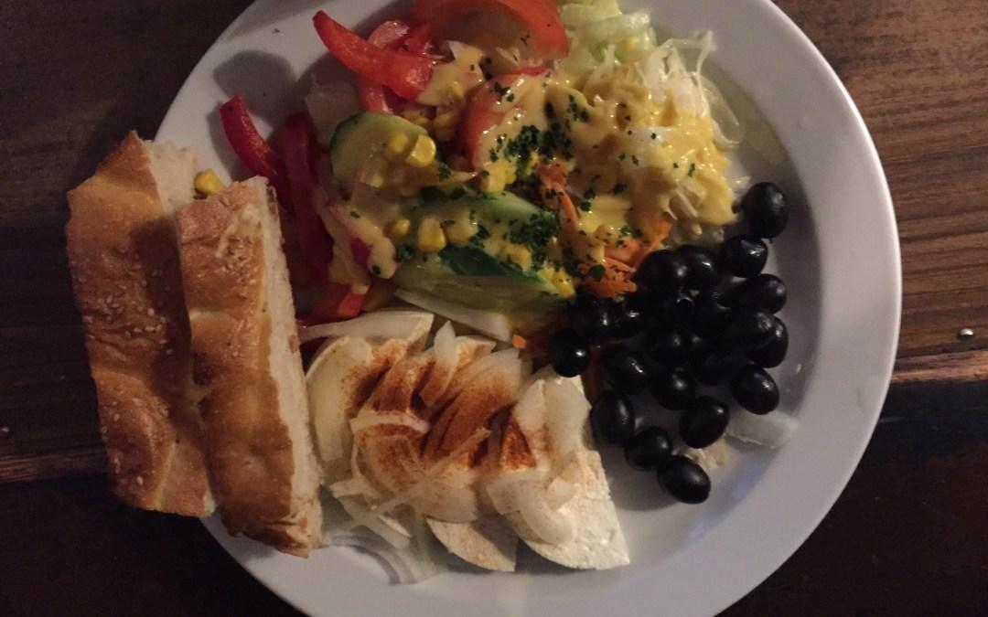 Salatteller mit Schafskäse und Oliven