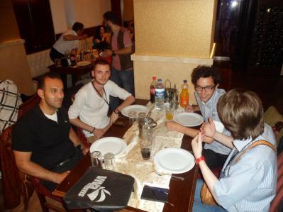 A cena con un dirigente del Partito Comunista di Palestina e un militante dell'Unione della Gioventù di Turchia