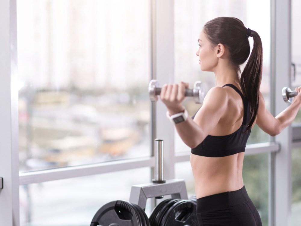 体の部位を鍛える筋トレをする女性