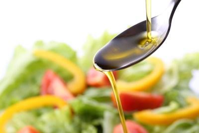 オリーブオイルをサラダにかける