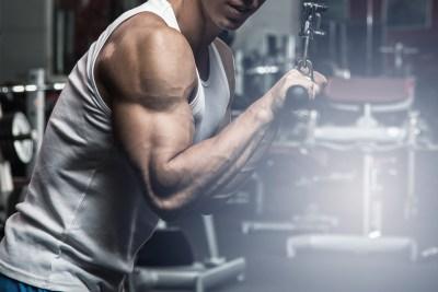 プレスダウンで上腕三頭筋を鍛える男性