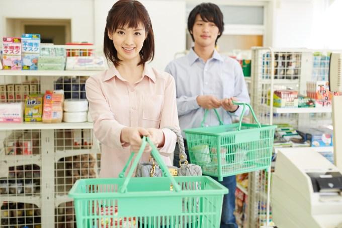 コンビニで買物をする女性