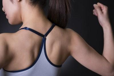 脊柱起立筋を鍛えた女性