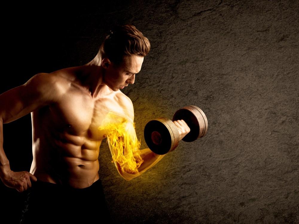 上腕二頭筋をダンベルで集中的に鍛える男性