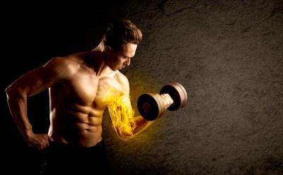 上腕二頭筋をダンベルで鍛える男性