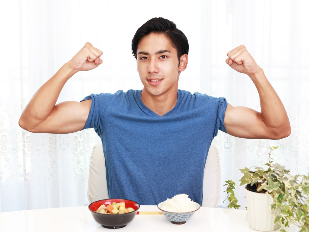 筋トレ後に食事をする男性