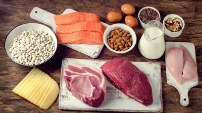 たんぱく質を含む食材で料理をする様子