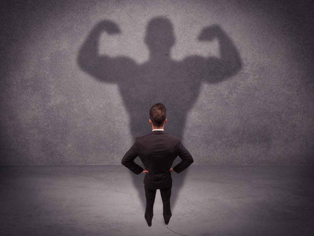 背中の筋肉が鍛えられた男性