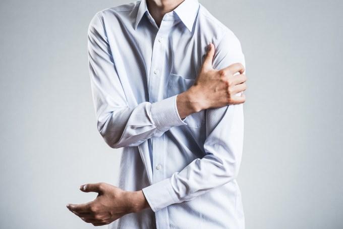筋トレで筋肉痛になった男性