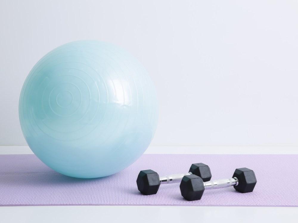 筋トレ器具 バランスボールとダンベル