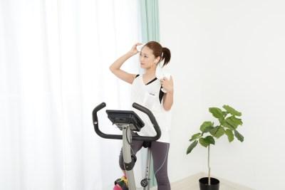エアロバイクでダイエットをする女性