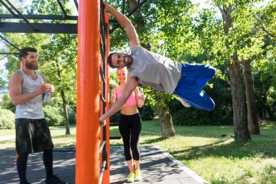 公園でトレーニングする人達